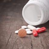 Medizinische Pille auf hölzerner Tabelle. Lizenzfreie Stockbilder