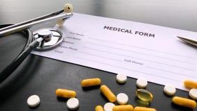 Medizinische Pillen Farbige Pillen und Kapsel auf schwarzer Tabelle Apotheken-Thema, Kapsel-Pillen mit Medizin-Antibiotikum herei stock video footage