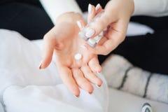 Medizinische Pillen Frau, die eine Pille von der Blase extrahiert lizenzfreies stockfoto