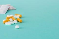 Medizinische Pillen, Kapseln und Blisterpackung mit Kopien-Raum Stockbild
