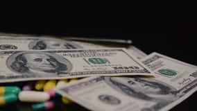 Medizinische Pillen sind auf den Dollar Teure Drogen, pharmazeutisches Geschäft Die Entwicklung und die Produktion von Drogen stock video