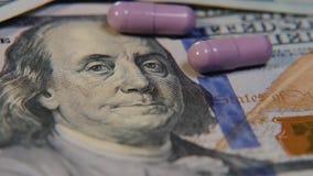 Medizinische Pillen sind auf den Dollar Teure Drogen, pharmazeutisches Geschäft Die Entwicklung und die Produktion von Drogen stock footage