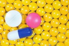 Medizinische Pillen und Kapsel auf gelbem Pillen backgrou Lizenzfreie Stockbilder