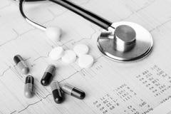 Medizinische Pillen und Stethoskop Stockbild