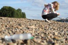 Medizinische Spritze. Das Mädchen auf Küste Lizenzfreie Stockfotos
