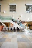 Medizinische Team And Patient Walking On-Treppe lizenzfreie stockfotografie