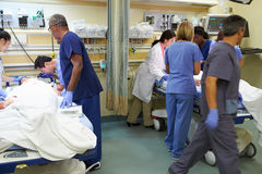 Medizinische Team Working On Patient In-Unfallstation Stockbild