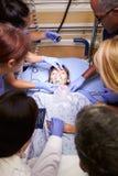 Medizinische Team Working On Patient In-Unfallstation Lizenzfreie Stockbilder
