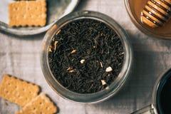 Medizinische Teeernteveränderung Schalen, Honig mit Löffel, bisquits, d stockbilder