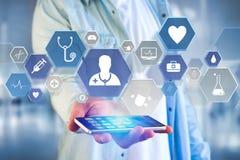 Medizinische und allgemeine Gesundheitswesenikone herein angezeigt auf einer Technologie Lizenzfreie Stockfotos