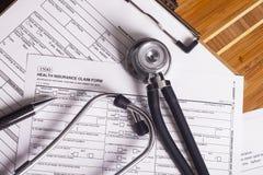 Medizinische Versicherungsunterlagen, Stift und Stethoskop Stockfotos