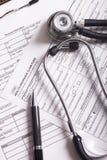 Medizinische Versicherungsunterlagen, Stift und Stethoskop Lizenzfreie Stockfotografie