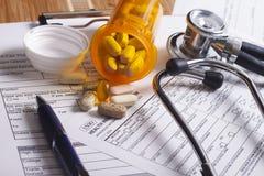 Medizinische Versicherungsunterlagen, Stift und Stethoskop Lizenzfreies Stockbild