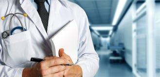 Medizinische Zeitschrift Doktor-With Stethoscope Keeps Gesundheitswesen-Medizin-Konzept lizenzfreie stockfotos