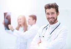 Medizinischen und der Radiologie Konzept des Gesundheitswesens, - Doktoren, die x betrachten Lizenzfreie Stockbilder