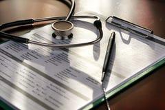 Medizinischer Dokumentenstift des Stethoskops Lizenzfreies Stockbild