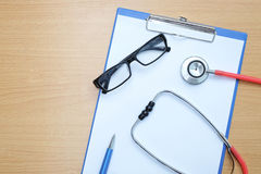 Medizinischer Dokumentenstift und -gläser des Stethoskops Lizenzfreies Stockfoto