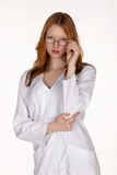 Medizinischer Fachmann im Labormantel mit der Hand auf Gläsern Stockfotos