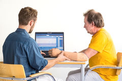 Medizinischer Fachmann und Amputierter arbeiten zusammen Computer-gestützte Armprothesenanpassung Stockbild