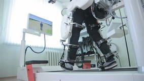 Medizinischer gehender Roboter Rehabilitation, Rehabilitation, Sanierung für Leute mit Fußkrankheit stock video