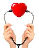 Medizinischer Hintergrund mit den Händen, die ein Stethoskop halten Lizenzfreie Stockfotos
