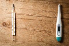 Medizinischer Hintergrund Zwei Thermometer Stockfotografie