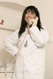Medizinischer Mitarbeiter am Telefon lizenzfreies stockfoto