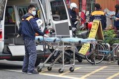 Medizinischer Notfall Team Helps Old Man lizenzfreies stockfoto