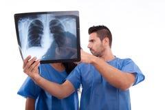 Medizinischer Personal, der Röntgenstrahl betrachtet Stockfoto