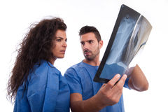 Medizinischer Personal, der Röntgenstrahl betrachtet Stockbilder