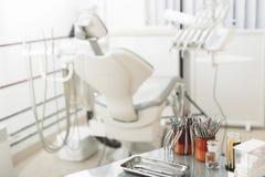 Medizinischer Raum mit odontologischem Gerät und Instrumenten stockfoto