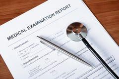Medizinischer Report über Schreibtisch Lizenzfreie Stockbilder