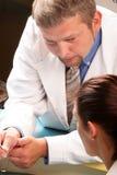 Medizinischer Sekretär und Doktor, die zusammenarbeitet Stockfotos