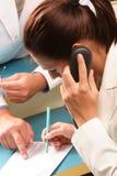 Medizinischer Sekretär, der eine Zusammenkunft durch Telefon festlegt Lizenzfreies Stockfoto