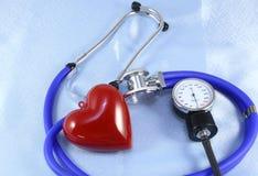 Medizinischer Stethoskopkopf und rote das Spielzeugherz, die auf Kardiogramm liegt, entwerfen Nahaufnahme Hilfe, Prophylaxe, Kran Stockbilder