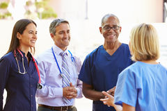Medizinischer Team Having Discussion Outdoors Stockfotografie