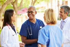Medizinischer Team Having Discussion Outdoors lizenzfreies stockbild