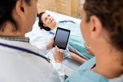Medizinischer Team With Patient In Hospital-Raum Lizenzfreie Stockfotos