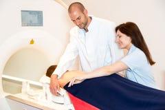 Medizinischer technischer behilflicher vorbereitender Scan des Dorns mit MRI Stockbild