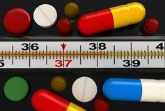 Medizinischer Thermometer und Pillen Stockfotografie