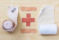 Medizinischer Verband auf hölzerner Tabelle Lizenzfreies Stockbild