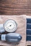 Medizinischer WerkzeugBlutdruckmonitor auf hölzernem Lizenzfreie Stockfotos