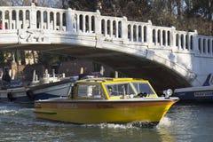 Medizinisches Boot in Venedig. Stockbild