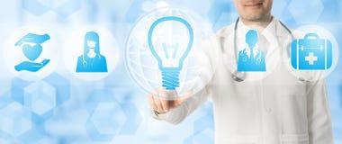 Medizinisches Innovations-Konzept - Doktor mit Lampen-Ikone Lizenzfreie Stockfotos