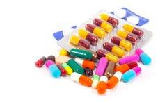 Medizinisches Konzept: Bunte Pillen und Kapseln auf weißem backgro Stockbild