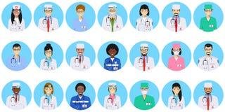 MEDIZINISCHES Konzept Verschiedene Doktoren, Krankenschwestercharakter-Avataraikonen stellten in flache Art lokalisiert auf blaue Lizenzfreie Stockbilder