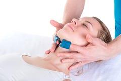Medizinisches kosmetisches Verfahren Mikronidling Kosmetiker führt De durch stockbild