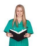 Medizinisches Mädchen Atractive, das ein Buch liest Stockbilder