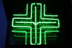 Medizinisches Neonkreuz Stockbild