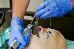 Medizinisches Personal, das auf Mannequin übt Lizenzfreies Stockfoto